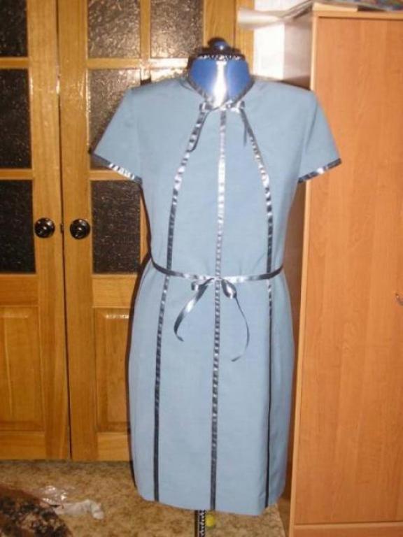 Платье с атласными лентами