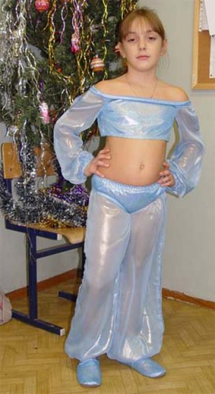 Костюм шила дочери для празднования Нового Года в школе.  Ткань: лиф и трусики - парча...
