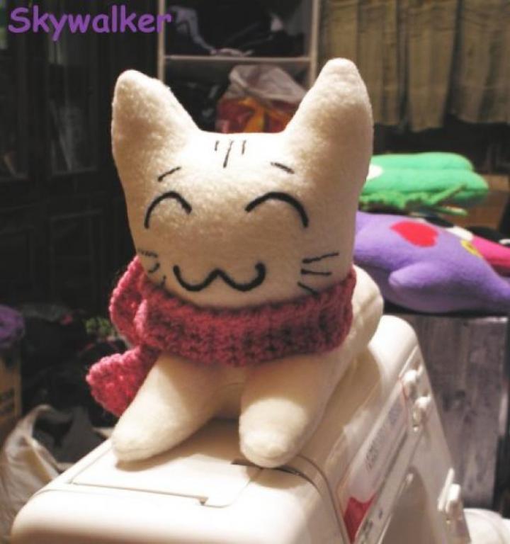 Котенок белый улыбающийся