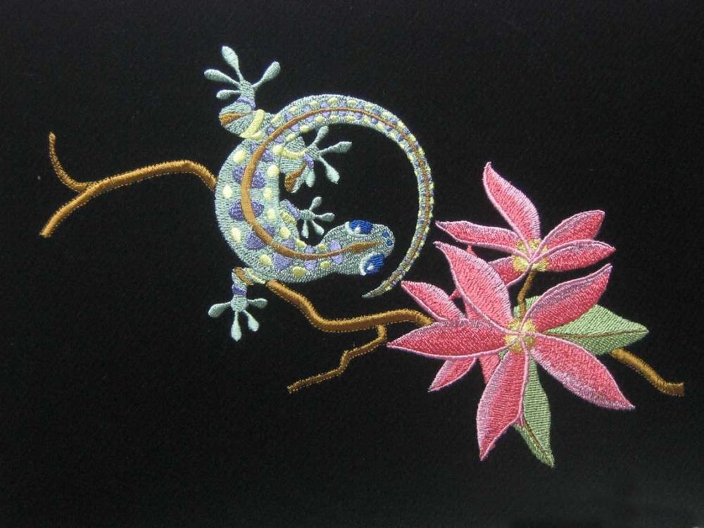 Ящерица у цветка