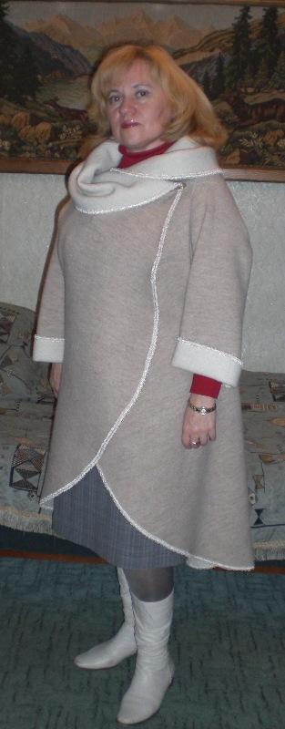 Для работы и учебы очень удобны зимние сарафаны. Их можно выполнить из любой плотной ткани, из старого пальто. Сарафаны можно украсить рельефными линиями