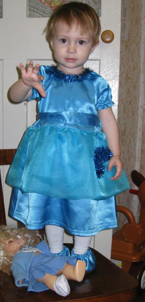 Племянница в том же платье.