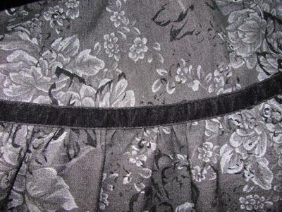 Шов соединения оборки с юбкой закрыт бархатной лентой