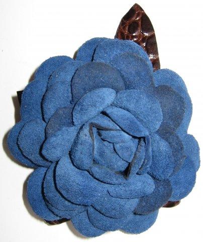 Цветок из замши и кожи в форме розы синего цвета можно носить как брошь...