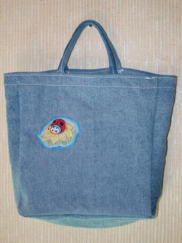 d24ca0b4ce98 Принесла свое первое неуклюжее творение - сумка джинсовая (из старой драной  отцовской куртки) - простенькая, хозяйственная, на базар за покупками  ходить ...