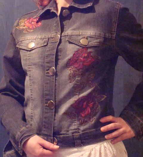 Джинсовая куртка с розами из кружева.