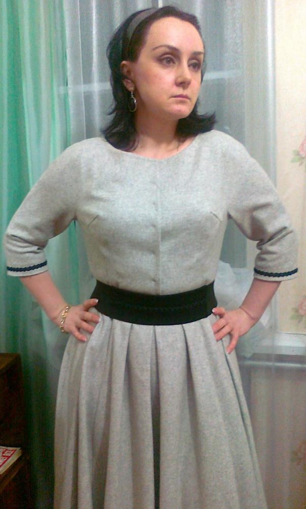 В платье с цельнокроенным рукавом