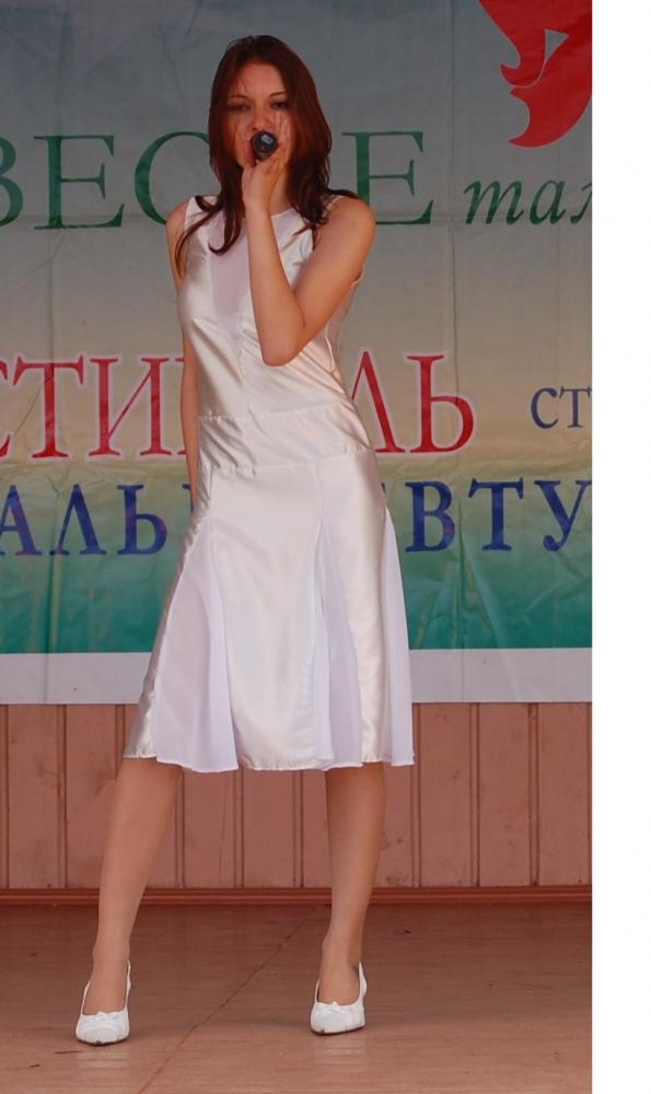 Белое концертное платье