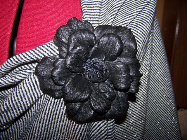 Цветок из черной кожи своими руками
