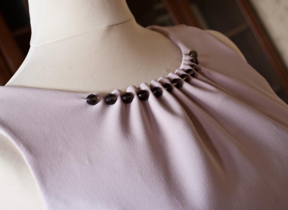 Как пришить на платье бусинки