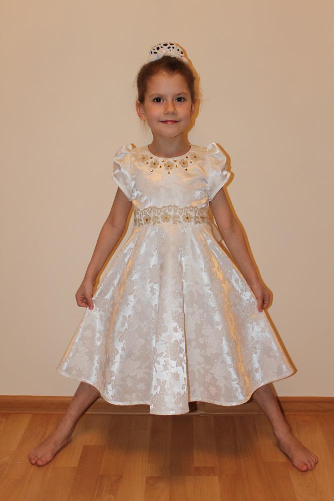Белое платье со стразами