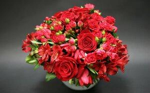 bouquets-roses-red-rozy-krasnye-buket-alstremeriia-buton.jpg