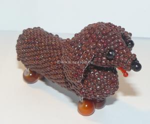 Обожаю делать игрушки из бисера.  Очень нравится кирпичный стежок.  Недавно сплела объемную бабочку и таксу.