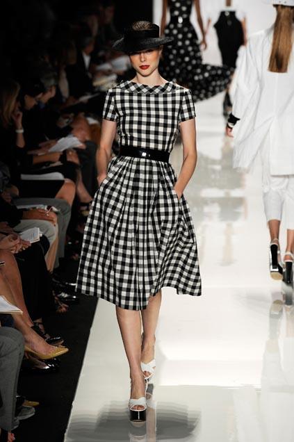Платье в черно-белую клетку