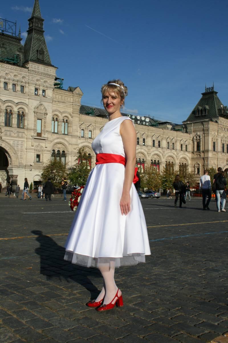 Платье красный пояс