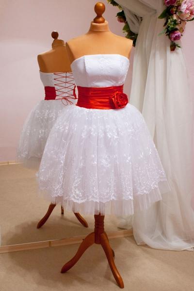 Белые платья с красным ремнем
