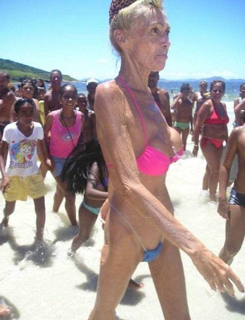 фото старушки на пляже
