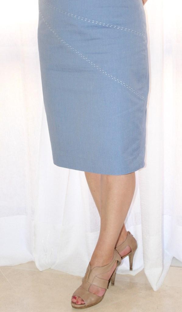 Расстегнула застежку юбки