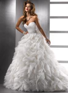 Здравствуйте! Заказали сшить свадебное платье с такой юбкой. Подскажите ,пожалуйста, по какой траектории пришиты здесь воланы
