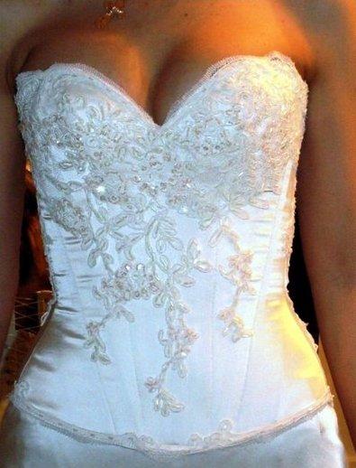 Расшить платье кружевом