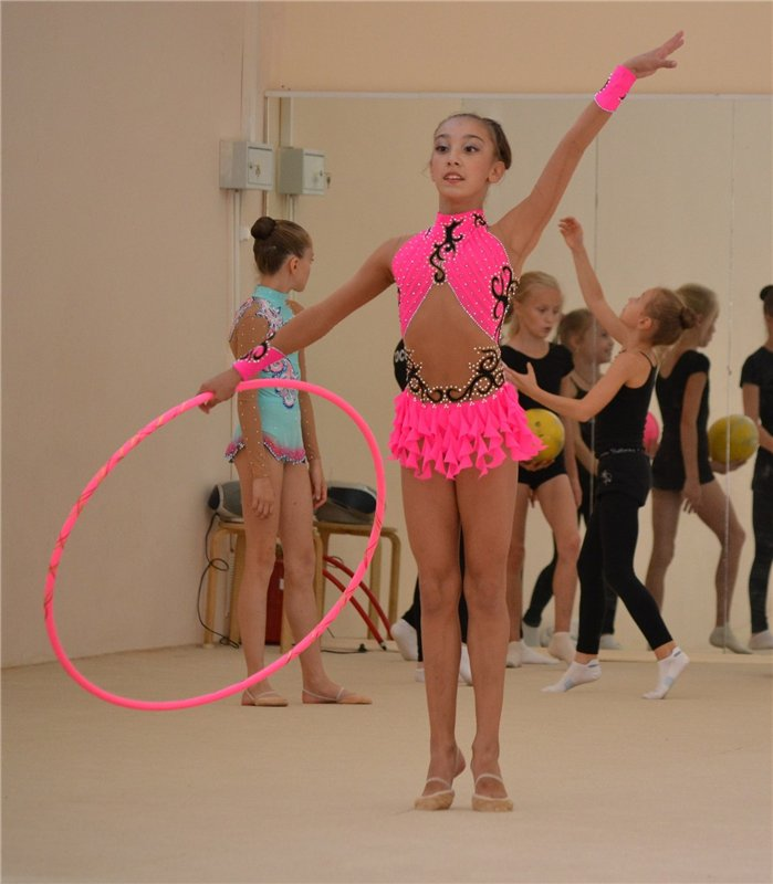 Голая очень юная гимнасточка